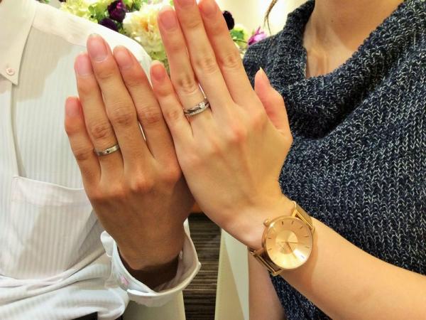 ブラックダイヤモンドがセッティングされた結婚指輪