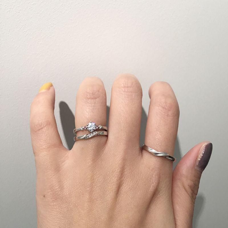 ロゼット婚約指輪と結婚指輪を重ねづけ