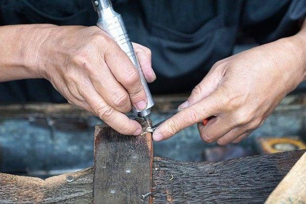 手作り婚約指輪職人の仕上げ