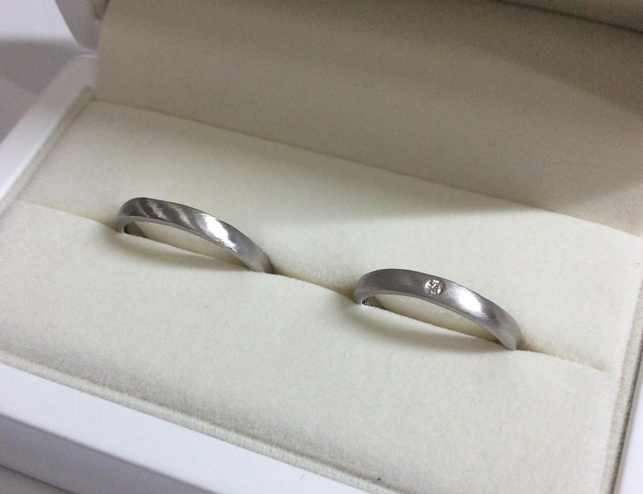 つや消しダイヤ入りの手作り結婚指輪